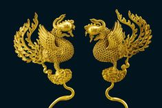 (Qing dynasty) Pair of Gold Hairpins in Phoenix shape 金鳳簪, Gold, ca mid -16th century CE. Overall 25 × 7.1 × 1.5 cm, 0.1 kg. On loan from the Hubei Provincial Museum.