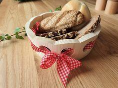 Das Brotkörbchen für den gedeckten Jausentisch Wicker Baskets, Picnic, Home Decor, Red Plaid, Schnapps, Boards, Timber Wood, Gifts, Decoration Home