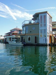 ღღ Love this one. It seams really spacious and has a nice size deck!  ~~~ Houuseboat Lake Union