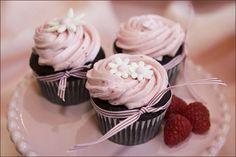 """Eles são lindos, práticos e prá lá de deliciosos!  Esses """"mini bolos"""" fazem o maior sucesso nas festas e sua gama enorme de opções em decora..."""
