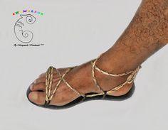 Camaleón, línea de sandalias con tiras intercambiables. 4 sandalias diferentes bases en estilo mediterráneo hechas con cuero, más de 12 maneras de entrelazar las tiras. Usted recibirá: 1 par de sandalias base --- Hechas con la densidad EVA, suela sólida y flexible con labrado antideslizante. SIN RELLENOS SECRETOS. --- Plantilla en 100% cuero real. 1 pares de tiras, cinta de poliester o cordón de cuero (de acuerdo al modelo). TIRAS NO ESTIRABLES. 1 par de aros metálicos. Elija sus opcio...