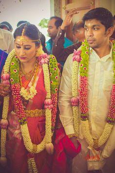 Beautiful Traend in Wedding Garlands Indian Wedding Flowers, Flower Garland Wedding, Bridal Hair Flowers, Floral Garland, Flower Garlands, Wedding Garlands, Bridal Tips, Indian Bridal Hairstyles, South Indian Weddings