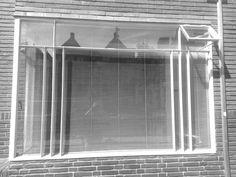 Een raam met luxaflex