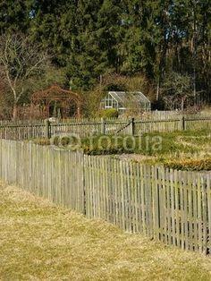 Gärten mit Holzzaun in Lipperreihe bei Bielefeld in der Senne in Ostwestfalen-Lippe