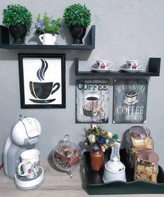 Cantinho do café: 71 ideias incríveis para você organizar o seu (FOTOS) Coffee Bars In Kitchen, Coffee Bar Home, Home Coffee Stations, Coffee Area, Coffee Room, Coffee Corner, Coffee Bar Design, Design Café, Cafe Bar