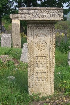 Славянские языческие символы на надгробиях на старом кладбище в поселке Rajac, Сербия