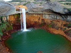 Salto del Agrio, Copahue, Neuquén, Argentina. Un gigantesco salto de agua cae al vacío y estalla en una pequeña laguna que espera debajo con sus aguas inmóviles, como si desde hace años hubiesen estado unidos