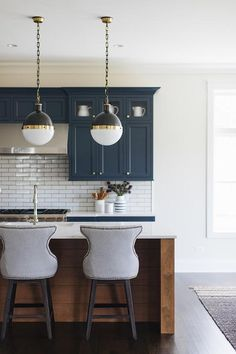 Kitchen counterstools Kitchen with curved grey counterstools grey counterstools Rustic Kitchen Island, Kitchen Dinning, Home Decor Kitchen, Kitchen Post, Kitchen Ideas, Modern Farmhouse Kitchens, Farmhouse Style Kitchen, Home Kitchens, Kitchen Colour Schemes