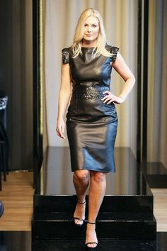 Model in knee length leather dress Black Leather Mini Skirt, Black Leather Dresses, Leather Skirt, Sexy Outfits, Fashion Outfits, Womens Fashion, Elegantes Outfit Frau, Latex Dress, Leather Fashion