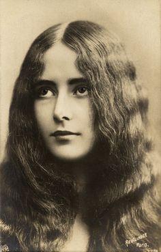 Fotografische postkaart van de Franse danseres Cleo de Merode (°1875-1966). Zij was een van meest gefotografeerde personen ter wereld rond 1900. De fotograaf Léopold Emile Reutlinger heeft daar zijn steentje zeker toe bijgedragen.