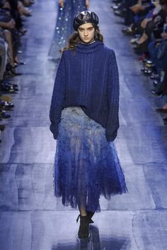 Here, see every look from the Paris Fashion Week Christian Dior Fall 2017 runway show. Blue Fashion, Daily Fashion, Runway Fashion, Winter Fashion, Fashion Show, Paris Fashion, Fashion Weeks, High Fashion, Women's Fashion