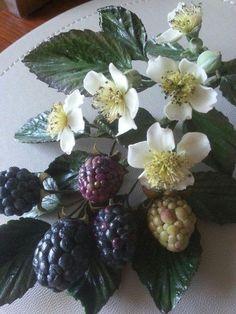 Arrangement of blackberries and flowers made from sugar | La lavande Cake Boutique