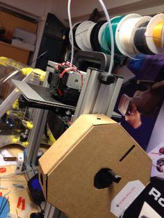 Uusi filamentti pakkaus kätevästi tulostimen kylkeen pahvipakkauksessa suoraan.