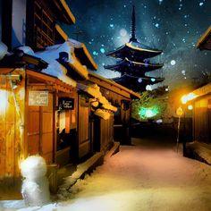 . snowman in kyoto . 2015.1.1 撮影 . 京都 東山  八坂通り . Kyoto.Japan . . #japan #kyoto #京都 #東山 #八坂通り #法観寺 #八坂の塔 #五重塔 #雪だるま #雪景色 #夜景 #雪 #京町家