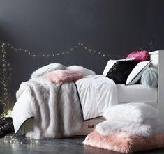 chambre d'ado elegante pour fille avec housses de coussins et couverture en fausse fourrure