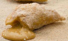 Receita do restaurante Devassa de pastel doce, recheado com creme de leite cremoso e coco ralado.
