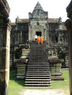 Climbing up for prayer - Angkor, Siem Reab- Cambodia Places Around The World, The Places Youll Go, Places To Visit, Around The Worlds, Laos, Places To Travel, Travel Destinations, Sri Lanka, Amazing Buildings