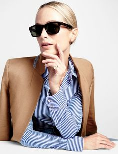 Blazer camel + chemise rayée + larges lunettes noires = le bon mix (look J. Crew)