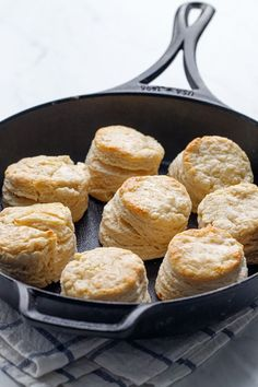 Don't waste that sourdough discard! Instead, use it it to make these wonderfully flaky, yeasty biscuits, baked to perfection in a cast iron skillet. Replacing the buttermilk in a traditional bisc Sourdough Starter Discard Recipe, Sourdough Recipes, Sourdough Bread, King Arthur Sourdough Starter Recipe, Recipe For Sourdough Biscuits, Sourdough Doughnut Recipe, Bread Recipes, Easy Recipes, Croissants