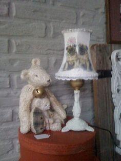 Lief klein tafel lampje * Buldog*  Witte kalkverf Met liefde gepimpt  Voorzien van klemlampenkapje schijnt zacht rose door als het lampje brand     ...