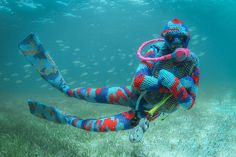 【写真】アーティストが海に潜ったら、こうなった。 http://news.distractify.com/culture/olek-underwater-yarn-bombing/