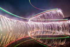 Photo avec une longue exposition d'un drone équipé de feux d'artifices