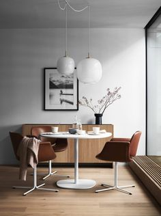 If you want to add a special touch to your Scandinavian dining room lighting design, you have to read this article that is filled with unique tips. Get inspired by these dining room lighting and furniture ideas! Dining Room Inspiration, Home Decor Inspiration, Decor Ideas, Decorating Ideas, Japanese Interior, Dining Room Lighting, Table Lighting, Retro Home Decor, Vintage Decor