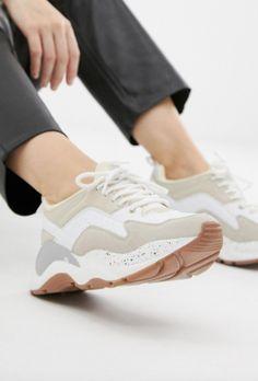 1a080e2c8341d Vazgeçilmez tarzlarımızdan olan spor ayakkabılar bu sezon en trend  kombinlerinizin baş rolünde! Nike Air Max