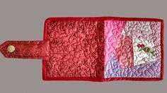 Carteira Atrevida, com compartimento para dinheiro, talão de cheques, cartões de crédito e porta níquel. Colorido com pedaços de retalhos com estampas suaves e harmônicas formando a clássica técnica em patchwork. Acabamento em viés, quilting livre, botões de pressão inoxidável. #Lupavi #Patchwork #Carteira #Atrevida #Customizado #Quilting