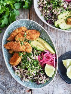 Disk opp med en deilig, litt annerledes fiskemiddag! Perfekt til tacokvelden om du vil ha noe annet enn tacos men likevel vil ha noe tex-mex mat. Tex Mex, Cobb Salad, Food, Cilantro, Essen, Meals, Yemek, Eten