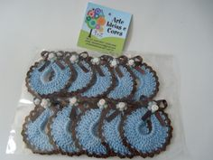 Pacote contendo 10 miniaturas de babador confeccionado em croche azul e detalhes marrom Acabamento em fita de cetim e flor de biscuit. Outras opções de cores e quantidades fale conosco: ideiasecores@gmail.com  Obs. Não acompanha tag R$14,00