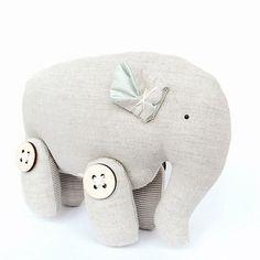 Доброе зимнее утро❄ Слоник Winter Grey из льна и хлопка прекрасно вписывается в зимнюю сказку, благодаря своему окрасу. Хранит тепло заботливых рук создательницы и подарит вашему дому уют и умиротворение Всех слоников и другие уникальные игрушки вы можете найти на нашем сайте выбрав бренд LennyCRAFTS или раздел Подарки #mintymoonru #lennycrafts