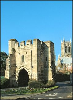 Pottergate, a restored medieval gate giving access to Lincoln Cathedral. Part of the Lincolnshire Travel Guide on Britain Express. Lincoln Uk, Lincoln England, Places To Travel, Places To See, Lincoln Cathedral, British Architecture, England And Scotland, England Uk, The Beautiful Country