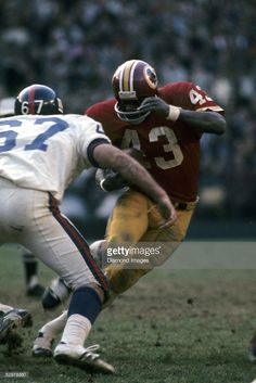 Runningback Larry Brown of the Washington Redskins tries to avoid the tackle of during a game on November 1972 against the New York Giants at RFK Stadium in Washington, DC. Get premium, high resolution news photos at Getty Images Redskins Players, Nfl Football Players, Football Helmets, Football Images, Sports Images, Sports Photos, Redskins Baby, Redskins Football, Washington Redskins
