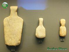 """CICLADICA TEMPRANA II (FASE KEROS-SYROS), 2800-2300 a. C. Figuras esquemáticas con cuerpo trapezoidal perteneciente a la variedad de Naxos """"Apeiranthos"""" M.A.N. Atenas"""