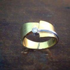 Mal wieder was neues.  Damenring in 585/-Gelbgold und ein Brillant 0,08ct. in Weissgold gefasst.  #Ring #gold #goldring #diamond #handarbeit #handmade #badbevensen #goldschmiedezonnev