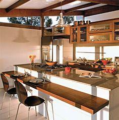 Cozinhar para (e com) os amigos é um dos programas preferidos do casal. Organizada numa bancada em U (com 1 m livre no meio), a cozinha tem ...