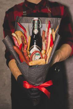 Съедобный мужской букет из колбасы, сыра и перца с пивом. Convenience Store, Bouquets, Flower, Gift, Bakken, Convinience Store, Bouquet, Bouquet Of Flowers, Flowers