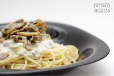 Espaguetis con champiñones, jamón y salsa de queso # Me gusta mucho esta receta porque es una forma diferente de tomar espaguetis y salir un poquito de los clásicos boloñesa o carbonara. En este caso, vamos a preparar unos jugosos espaguetis, acompañados por una ... » Pasta Thermomix, Pasta Al Dente, Couscous, Quinoa, Spaghetti, Rice, Healthy, Ethnic Recipes, Kitchen