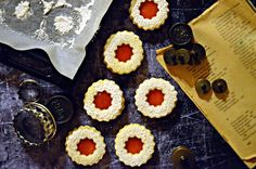 Klasszikus, omlós linzerkarika (bögrésen is) Cake Cookies, Cupcake, Crochet Earrings, Treats, Recipes, Food, Cakes, Sweet Like Candy, Goodies