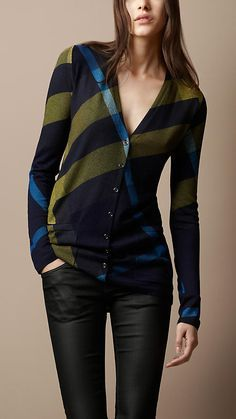 Shop from a year-round selection of Burberry women's knitwear, including sweaters and cardigans in wool and cashmere. Fashion Moda, Look Fashion, Womens Fashion, Fashion Sets, Looks Style, Style Me, Marken Outlet, Wool Cardigan, Mode Style