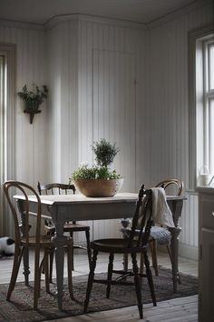 Here's Why Clear Dining Chairs Are A Trend For Small Spaces Clear Dining Chairs, Vintage Dining Chairs, Dining Room Chairs, Dining Area, Vintage Interior Design, Vintage Home Decor, Bedroom Vintage, Vintage Style, Interior Exterior