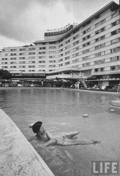 El #HotelTamanaco Urb #LasMercedes #Caracas #DF #Venezuela en el #Año1957 #Portada en la #RevistaLife #Norteamericana