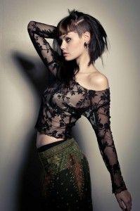 Une coiffure excentrique sur des cheveux noirs. Pour laisser voir le sidecut, les cheveux de la jeune femme ont été relevés et attachés sur ...