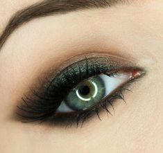 Make up your eyes - 65 ideas for make-up in summer colors - green eyes with bronze shimmer colors eyeshadow. Eye makeup with green accents up - Green Smokey Eye, Smoky Eye, Smokey Eye Makeup, Skin Makeup, Party Eye Makeup, Club Makeup, Makeup Contouring, Makeup Brushes, Makeup For Green Eyes