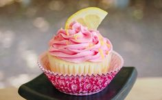 Raspberry lemonade cupcakes When you think of summer desserts, aren't fresh berries and lemon some of the first flavors that come to mind? This unbeatable combination is in a flavorful cupcake that will knock your socks off. Raspberry lemonade cupcakes -- the name alone is enough to make your mouth water. Just wait until you taste them