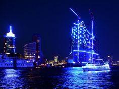 #Hamburg in Blau: Lichtkünstler Batz startet Hafenprojekt #blue #port. (Foto: dpa) Mehr Fotos findest Du hier: www.noz.de/66030295