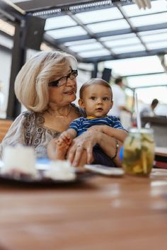 A tudósok bebizonyították, hogy a gyermek életében az anyai ági nagymama a legfontosabb személy. És, ezért! – érdekes