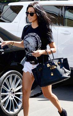 T-shirt preta com estampa, short jeans desfiado, botinha preta