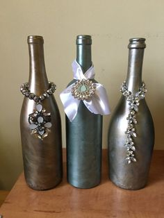 Artículos similares a Botella de vino pintada con joyas en Etsy